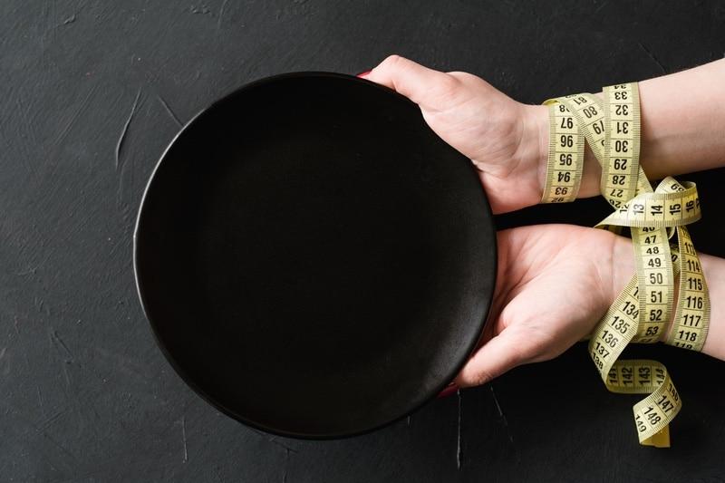 plato vacio durante un ayuno para perder peso